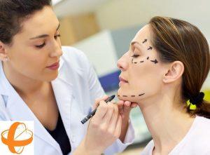 cirugia plastica, estetica, lifting facial, doctora atendiendo a un paciente en la consulta médica