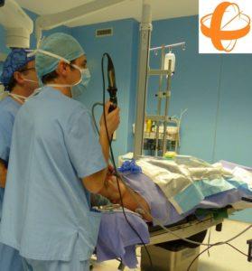 El Dr. González de la Unidad de Otorrinolaringología de Sendagrup en un acto quirúrgico nasal - sinusal